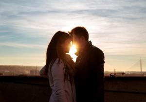 Σε βλέπει φιλικά ή μπλέκεται και η αγάπη στη μέση; Δες το ζώδιο του!